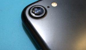 iPhoneのインカメラ/アウトカメラの故障修理で多いのが、ホコリなどのゴミや水滴のような濁りが入る状態だったり、アウトカメラの割れなどがあります。インカメラは基本的に故障しづらいものですが、液晶ガラスが割れていたりバッテリーの膨張によって隙間が生じ、そこからホコリや水分が侵入することで起きてしまいます。アウトカメラのレンズには高い硬度を持つサファイアガラスが使用されていますが、やはり強い衝撃には弱いために割れることがあります。アウトカメラの修理は15分ほどの時間で修理が完了し、インカメラの修理も対応可能なので、カメラの故障の際もお気軽にご相談下さい。